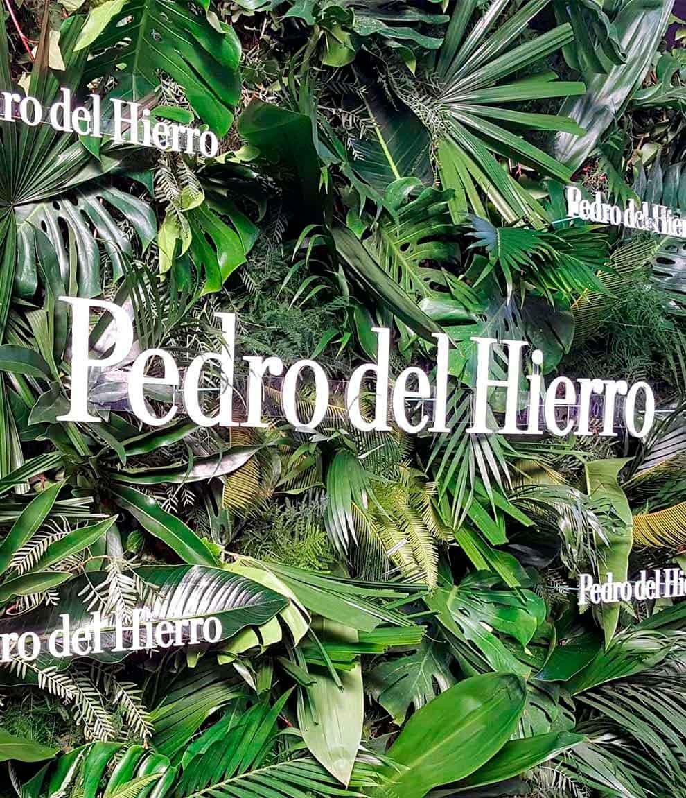 Letras corpóreas fabricadas en madera y lacadas en blanco para exterior en el evento de Pedro del Hierro