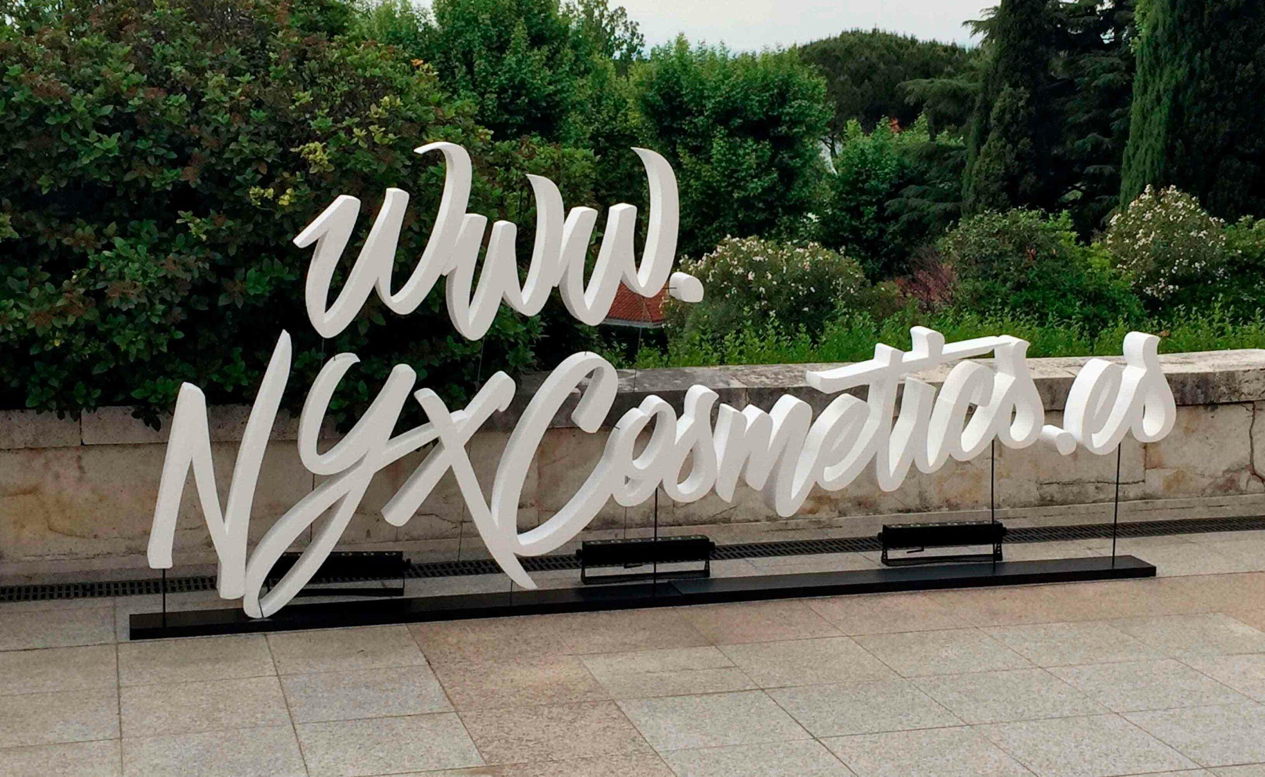 Decoración evento Nyx make up con letras corpóreas iluminadas