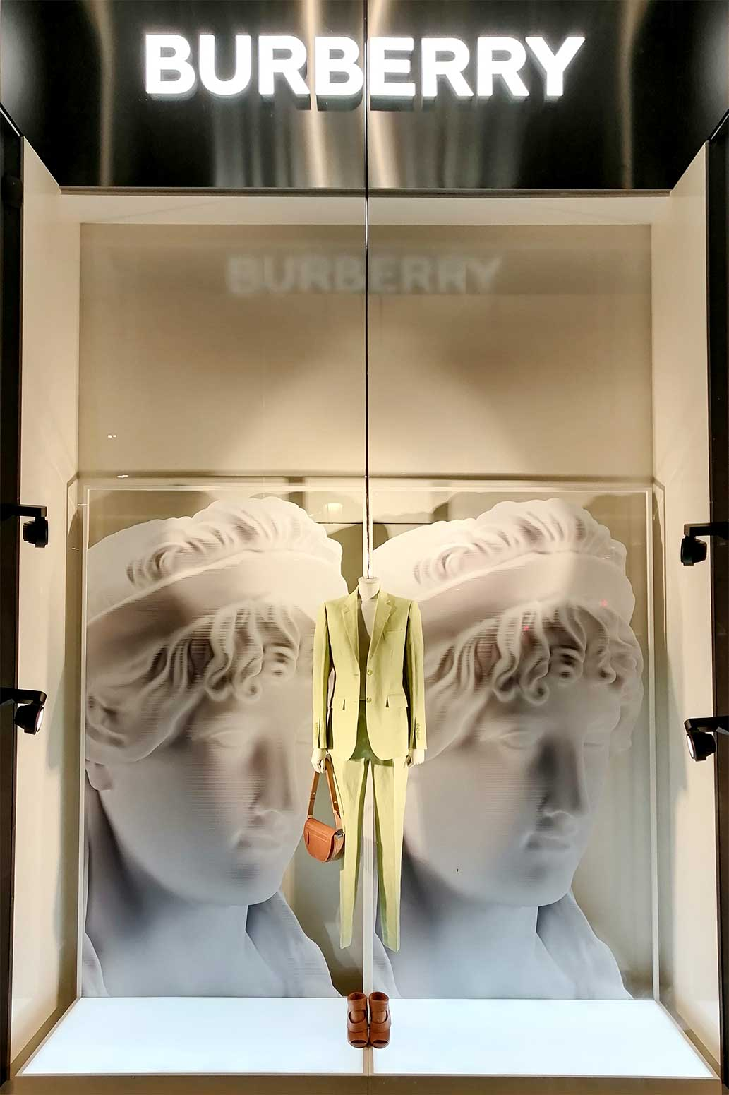 impresion-digital-corporeos-para-escaparates-burberry