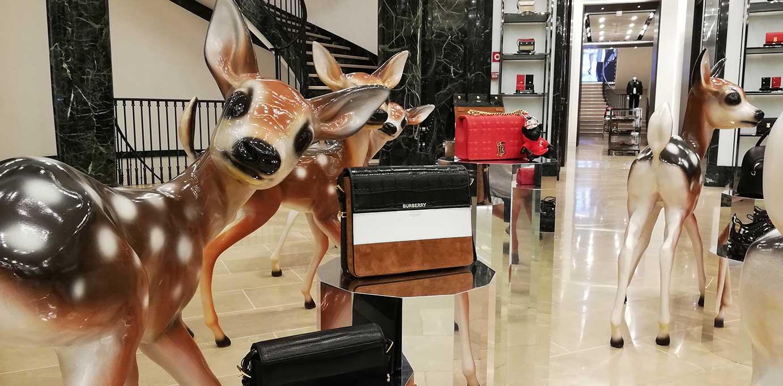instalacion-decoracion-figuras-3D-en-boutique-burberry