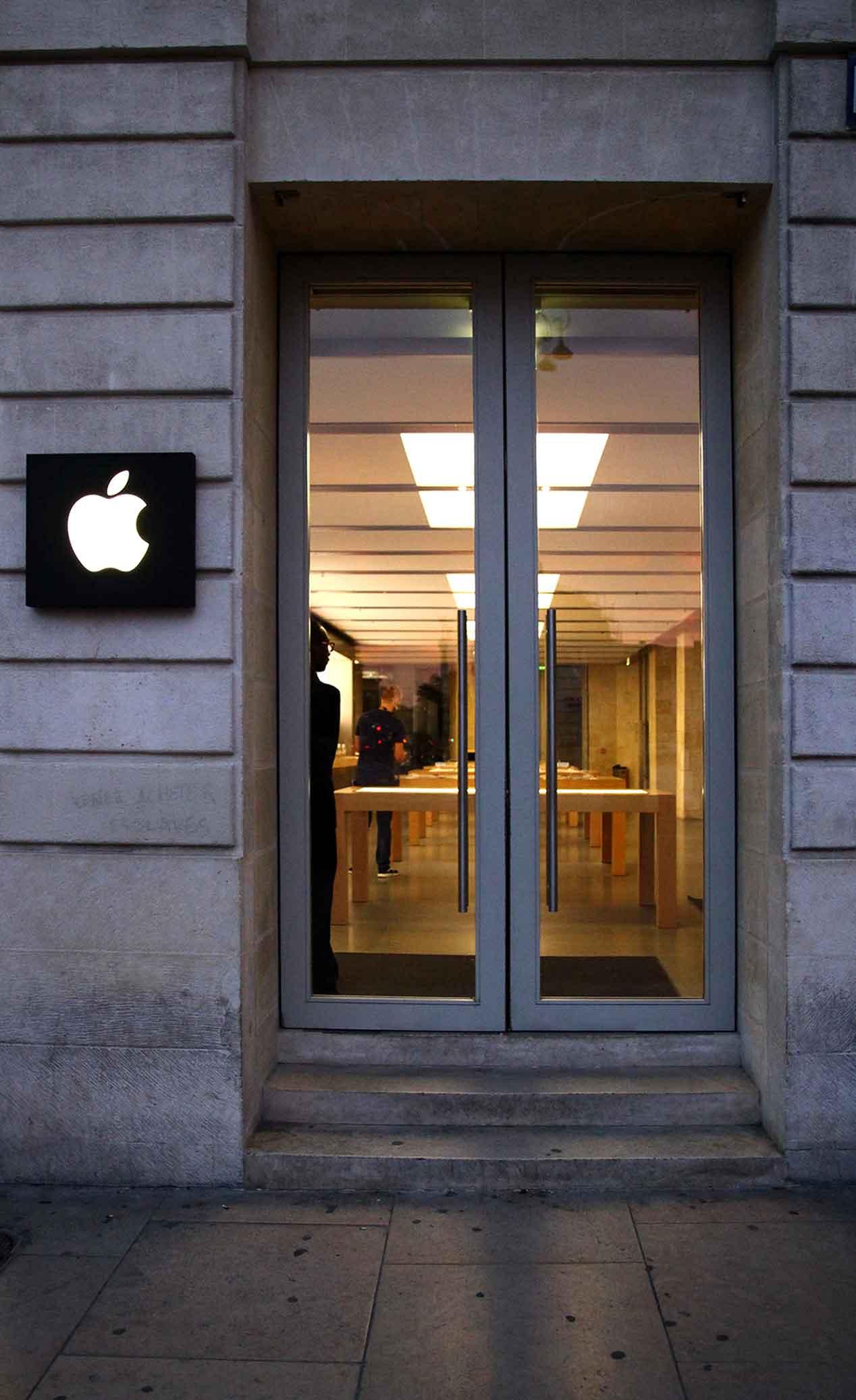 instalacion-mobiliario-plv-apple-store-francia