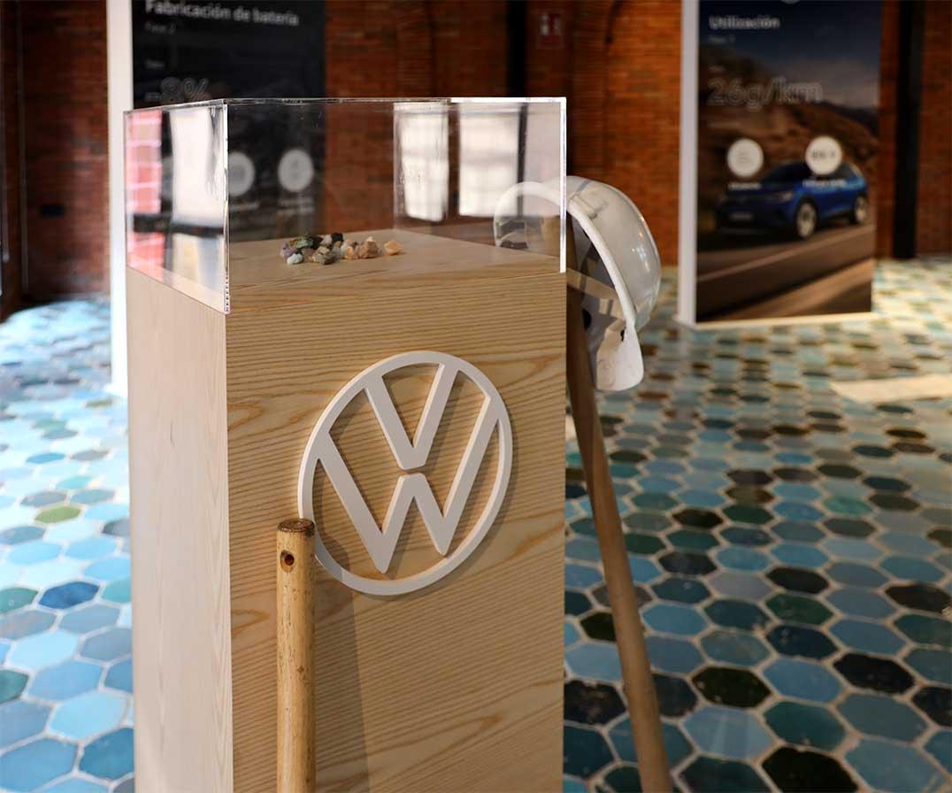 produccion-instalacion-totems-madera-metacrilato-evento-volkswagen