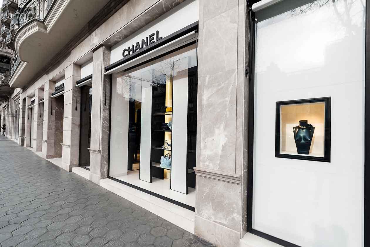 producion-instalacion-decoracion-escaparates-chanel-barcelona
