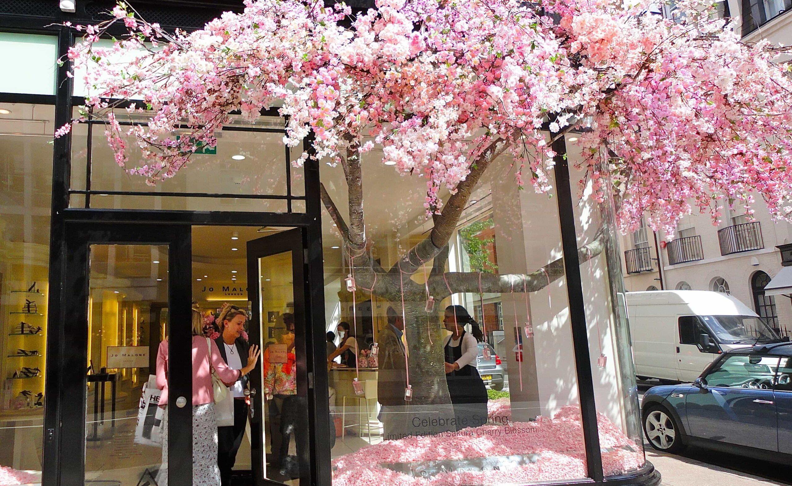 Escaparates de la tienda Jo Malone en Londres con decorados florales