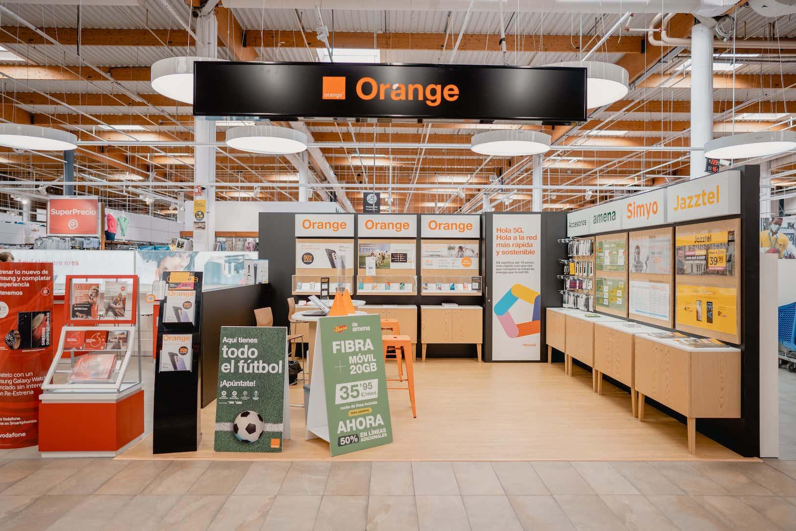 Fabricacion-e-instalacion-de-mobiliario-para-Orange-en-espacio-comercial-por-Instore