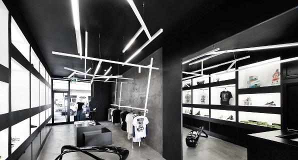 Iluminacion-de-una-tienda-de-moda-con-lamparas-colgantes