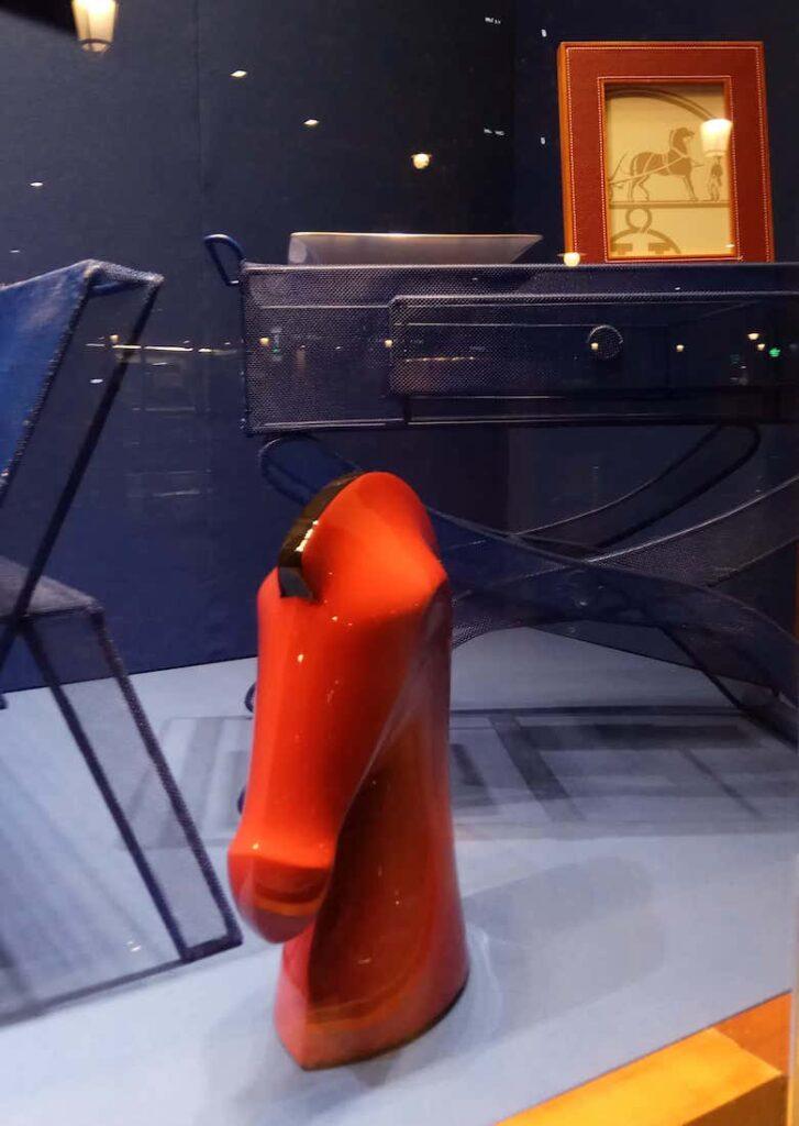 Instalacion-y-fabricacion-de-mobiliario-de-colores-azules-en-el-escaparate-Hermes-por-Instore
