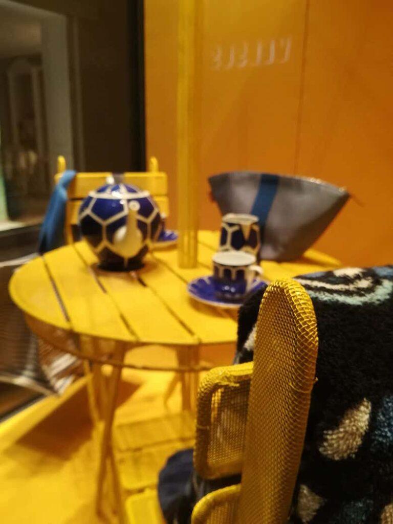 Instalacion-y-fabricacion-de-piezas-decorativas-de-colores-amarillos-en-el-escaparate-Hermes-por-Instore