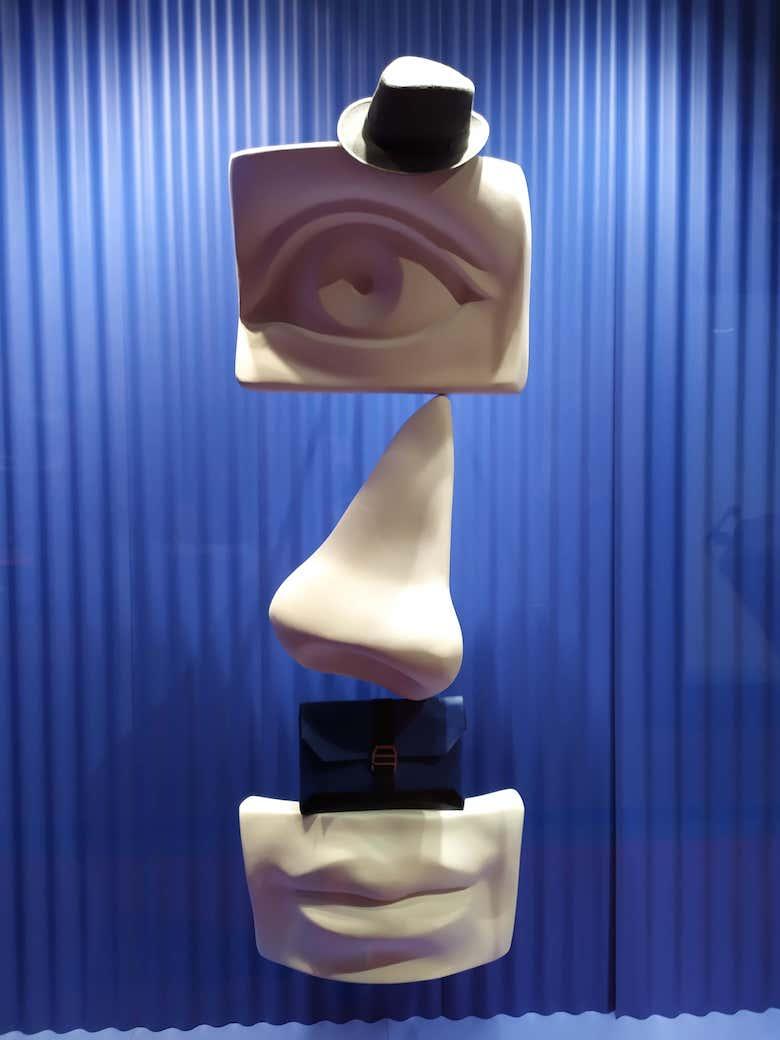 equilibrio-con-objetos-fabricados-en-poliexpan-sujetos-con-varillas-de-metal-a-la-trasera-para-escaparate-de-hermes