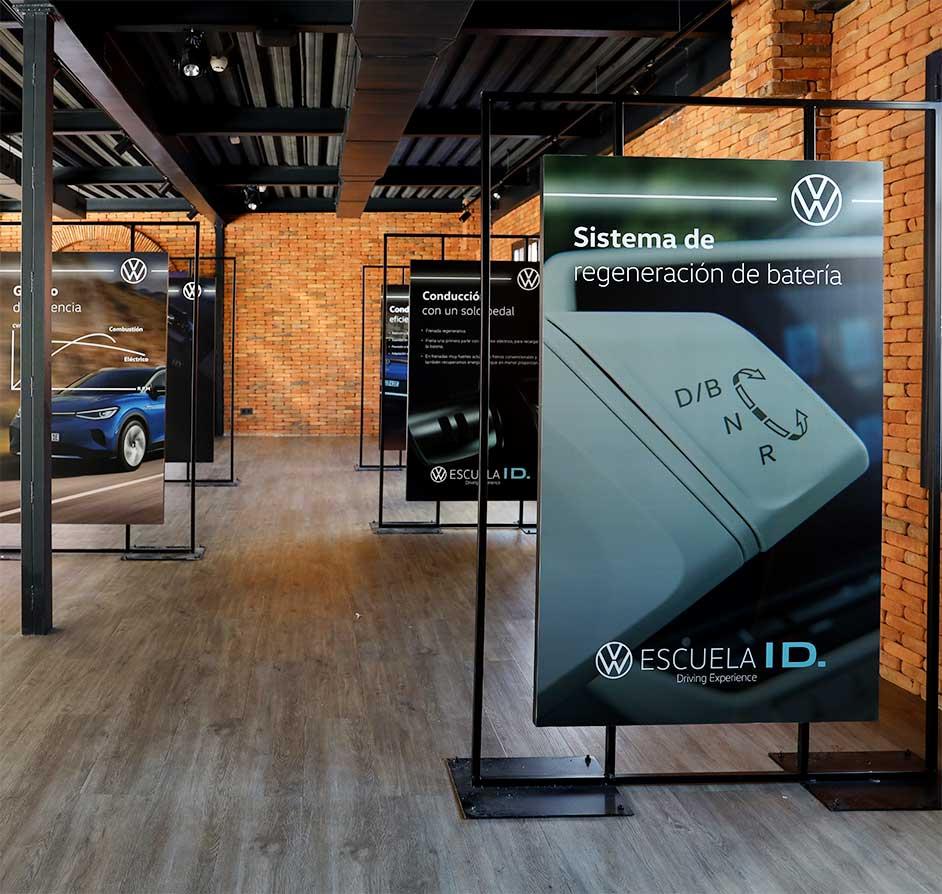 Producción elementos metálicos para gráficas doble cara para evento Volkswagen ID4