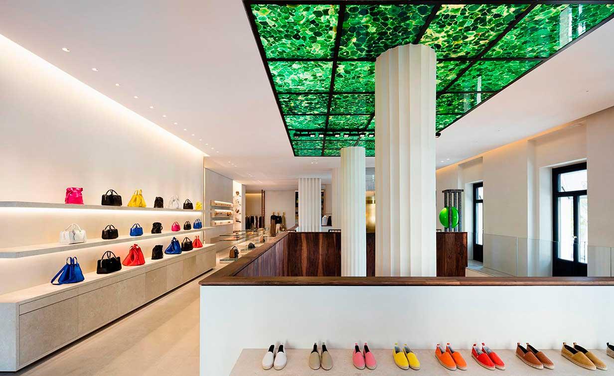 Distribución de espacios y productos en boutique Loewe