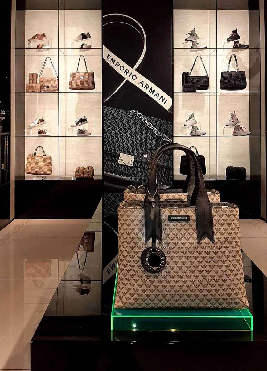 instore-clientes-armani-muebles-para tiendas-visual-merchandising