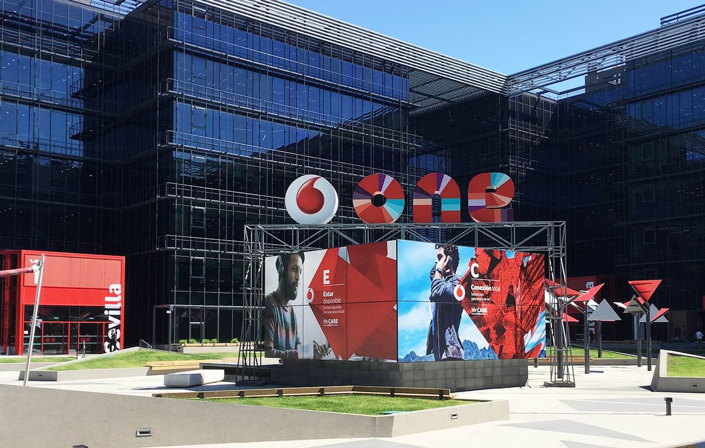 instore-clientes-vodafone-produccion-grafica-corporeos-3d-eventos-empresariales