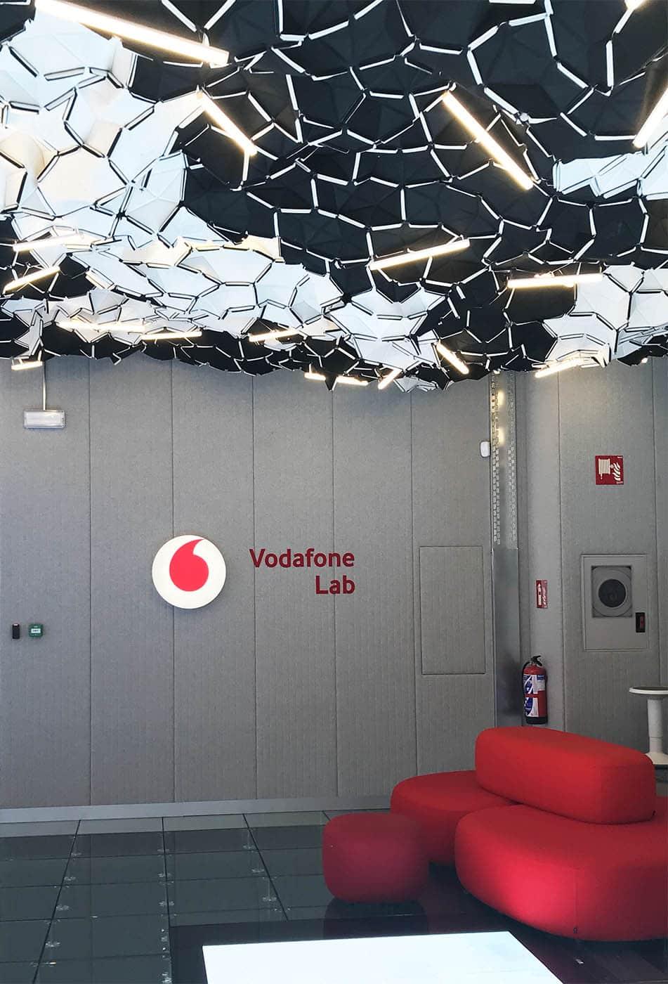 instore-clientes-vodafone-rotulos-luminosos-decoracion-de-oficinas