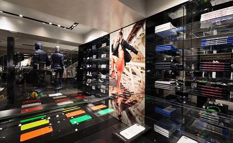 Boutique Emporio Armani visual merchandising productos de marca