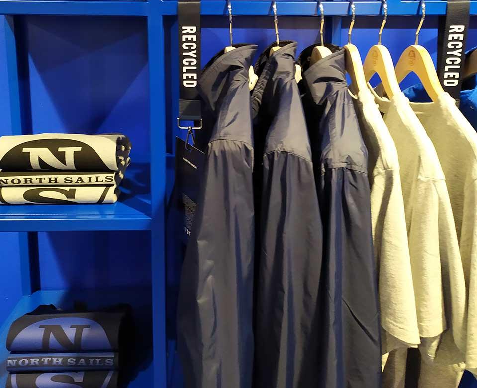 Mobiliario para colocación de producto en pop-up store North Sails