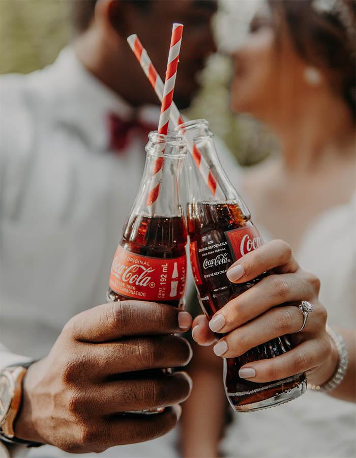 pareja-con-botella-cocacola