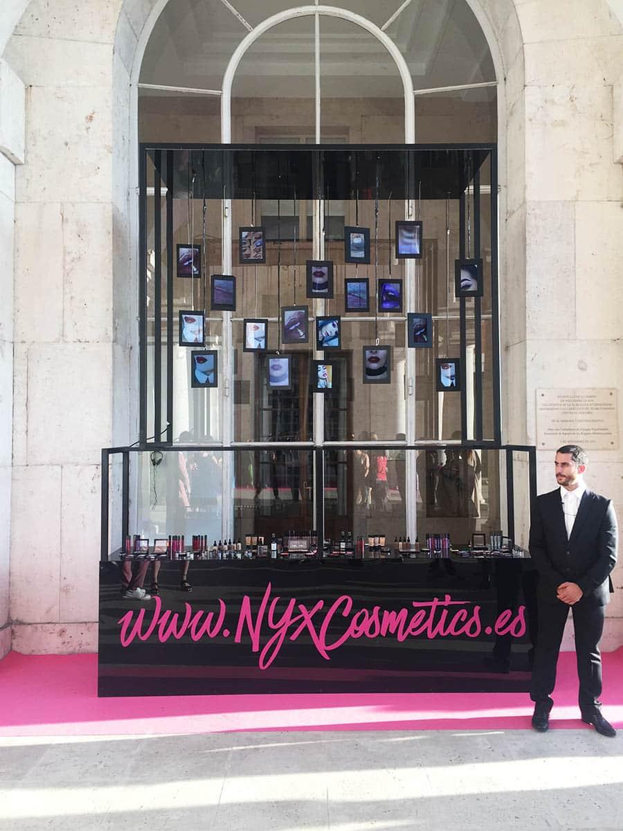 instore-clientes-NYX-carteleria-digital-con-mobiliario-personalizado-para-evento