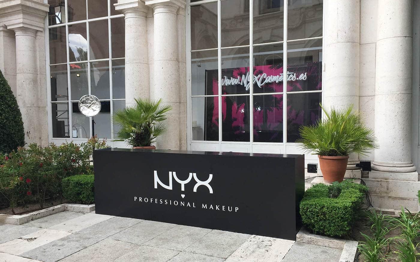instore-clientes-NYX-muebles-de-madera-con-vinilo-de-corte-para-evento