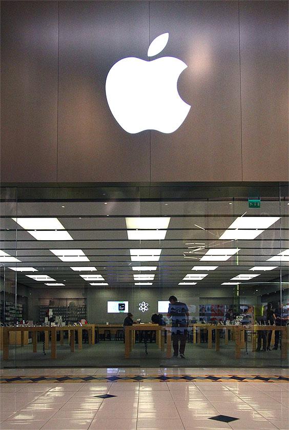 instore-clientes-apple-rotulo-luminoso-y-mobiliario-de-tienda-en-metal-para-store-francia