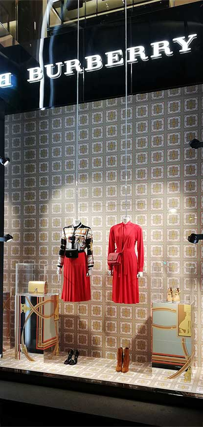 instore-clientes-burberry-escaparatismo-y-visual-merchandising