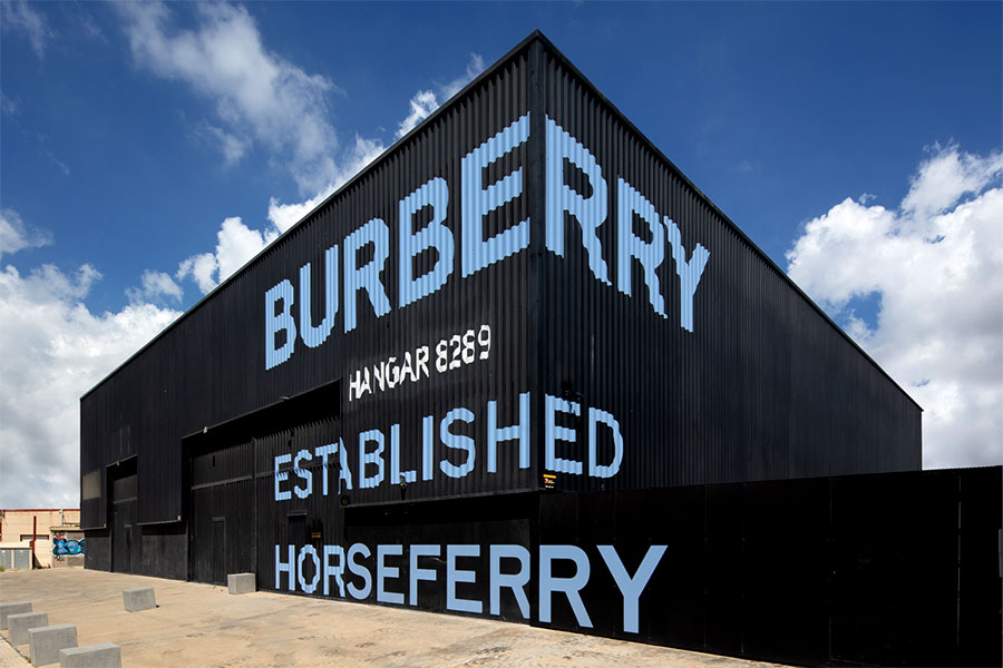 instore-clientes-burberry-flagship-store-ibiza