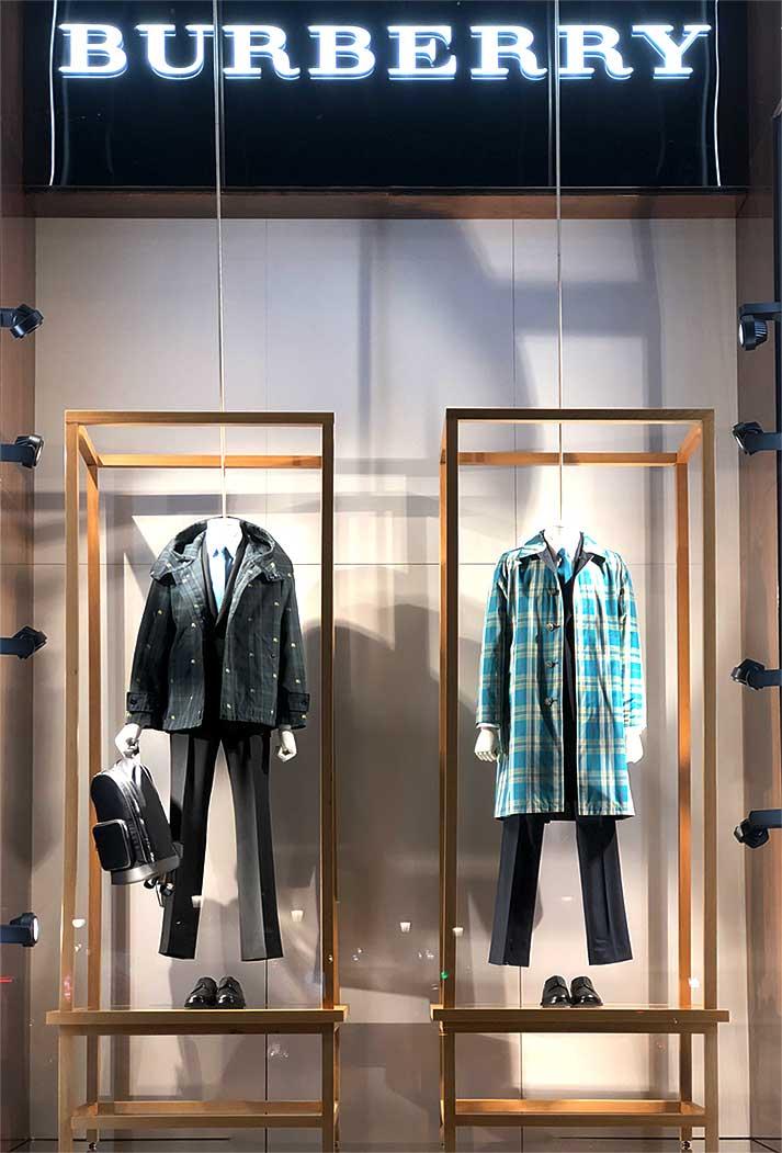 instore-clientes-burberry-muebles-de-maderapara-decoracion-escaparates