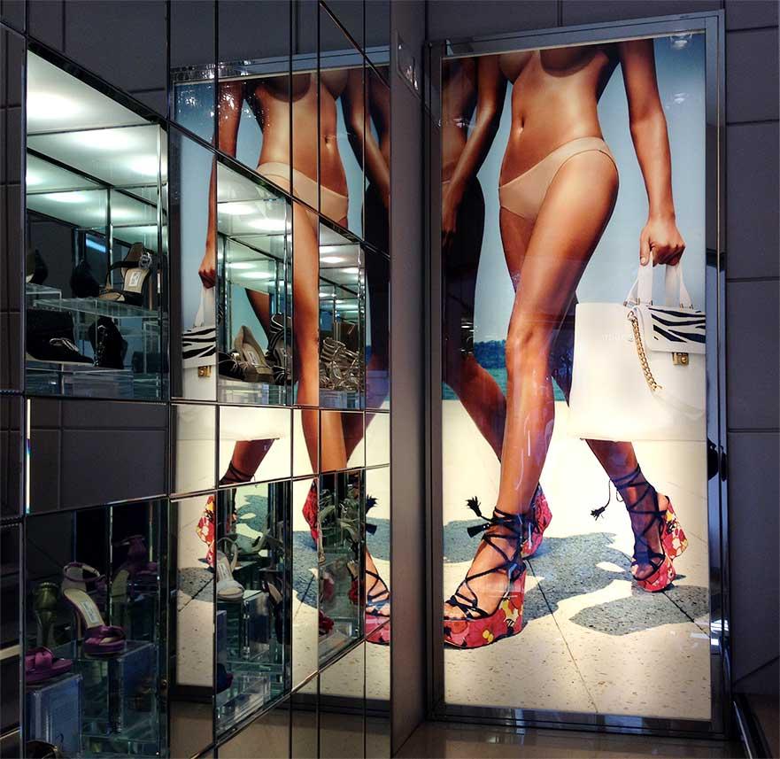 instore-clientes-jimmy-choo-carteleria-digital-impresion-digital-textil.lona-backlight
