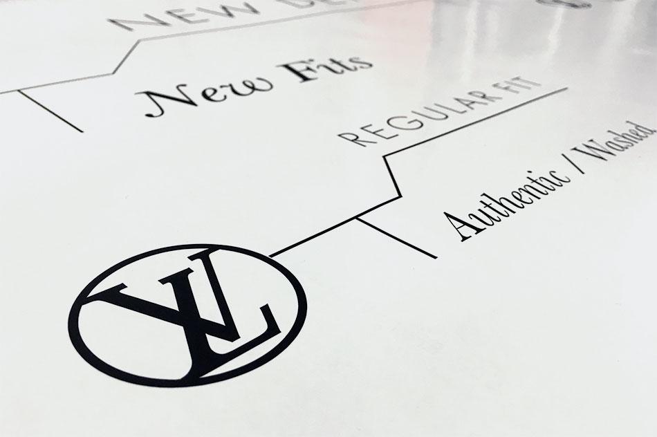 instore-clientes-louis-vuitton-produccion-vinilo-corte-logotipo-para-punto-de-venta