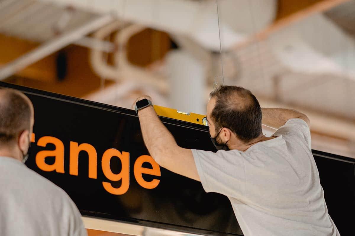 instore-clientes-orange-produccion-instalacion-rotulo-luminoso
