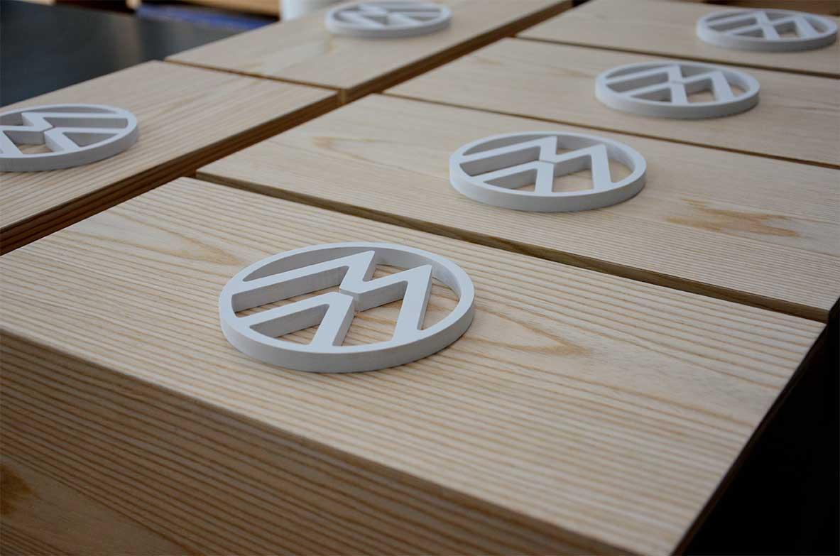 instore-clientes-volkswagen-muebles-de-madera-con-rotulo-corporeo-de-marca