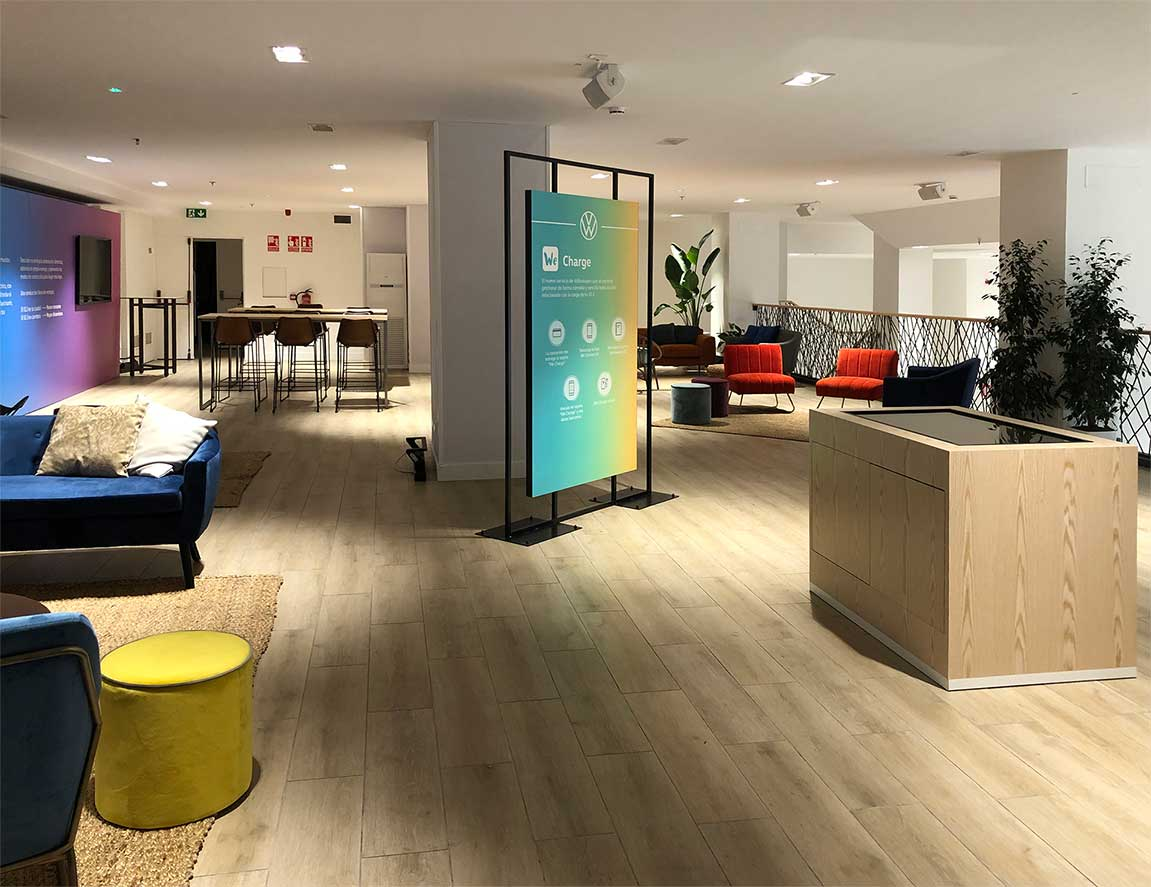 instore-clientes-volkswagen-muebles-de-madera-para-pantallas-led-interior