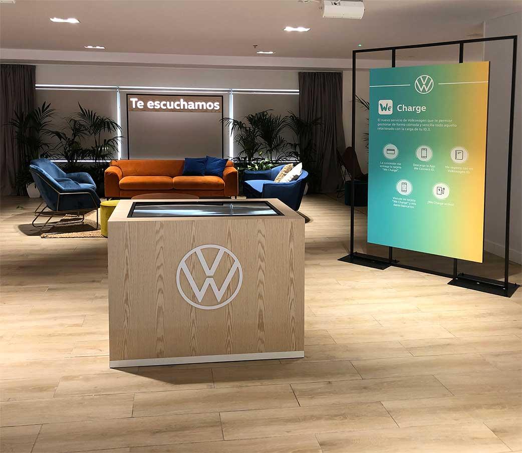 instore-clientes-volkswagen-produccion-muebles-para-pantallas-led-evento