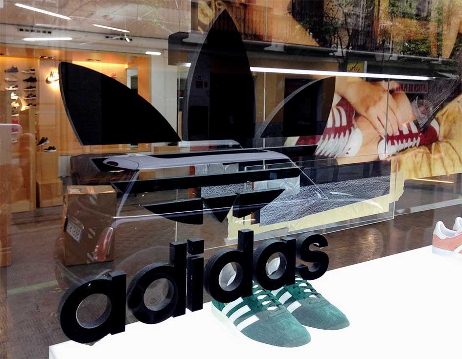 instore-clientes-adidas-letras-corporeas-decoracion-escaparates