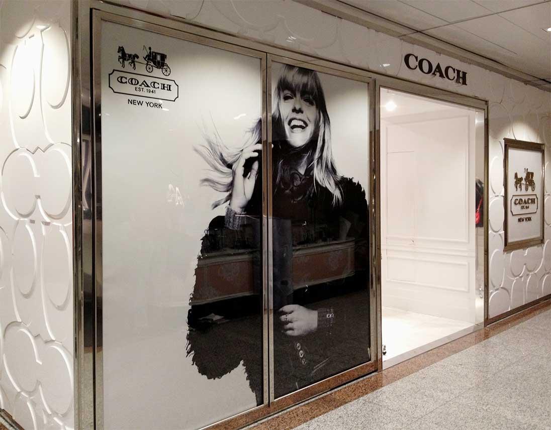 instore-clientes-coach-decoracion-de-escaparates-impresion-en-vinilo