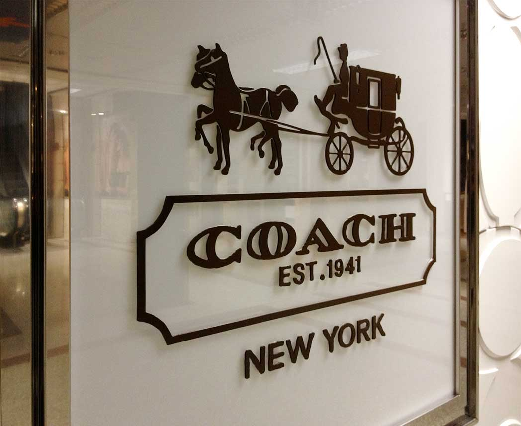 instore-clientes-coach-vinilo-de-corte-flagship-store