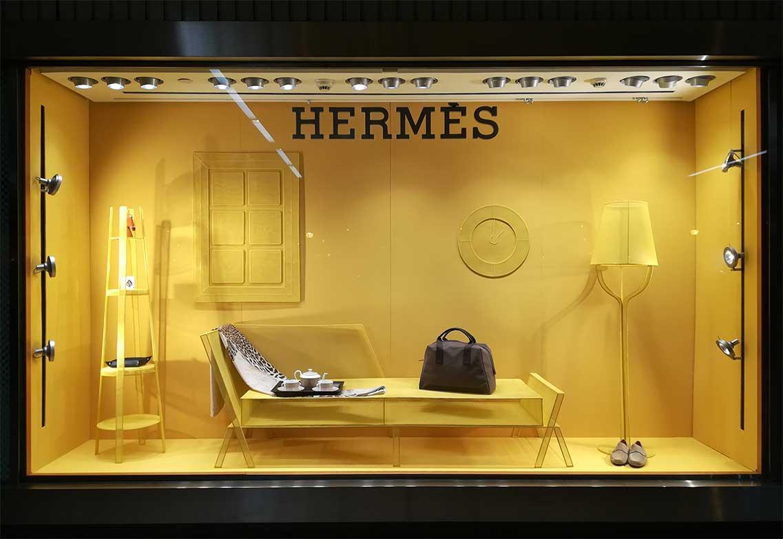 instore-clientes-hermes-produccion-instalacion-escaparate-con-mallado-metalico