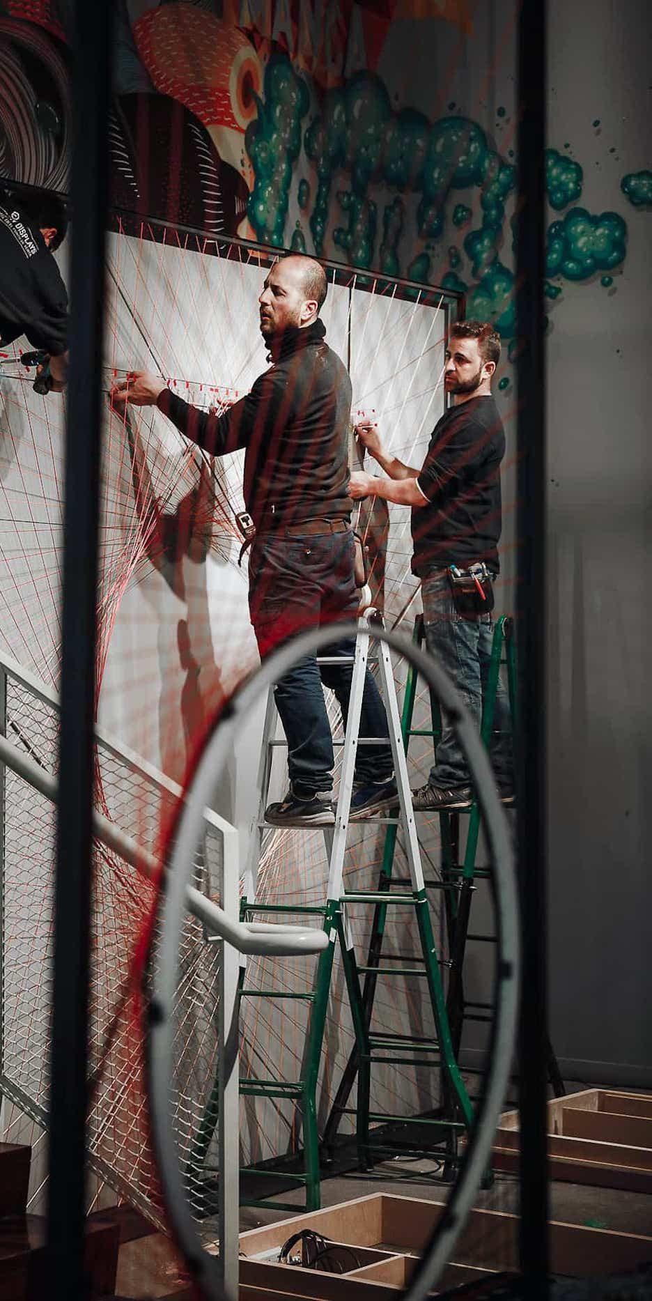 Instalación de trasera con hilos en estructura metalica tienda nike madrid