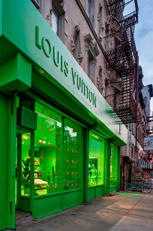 Louis Vuitton fachada y rótulo coloreado en verde neón, Nueva York.